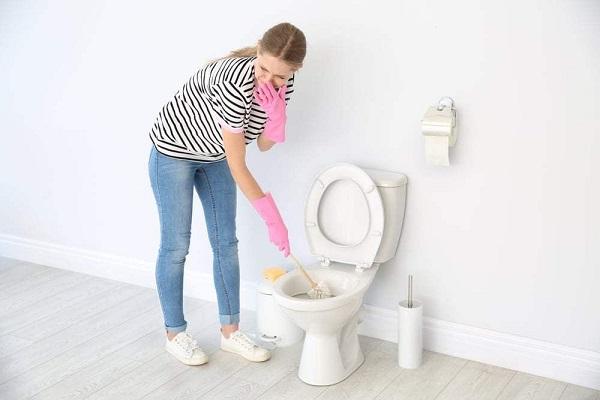 Tìm hiểu bồn cầu bốc mùi hôi mỗi khi xả nước là do đâu?