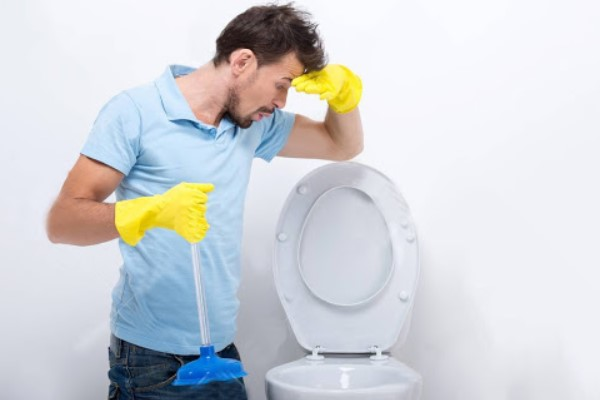 Bồn cầu bốc mùi hôi mỗi lần xả nước