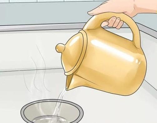 Dùng nước ấm thông tắc cống