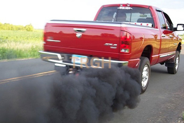 Xe thải khói đen là một trong những dấu hiệu ô tô cần thay nhớt