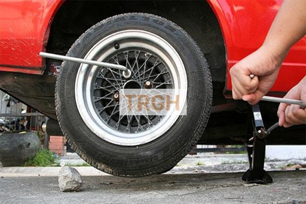 Thay lốp xe là kỹ thuật sửa chữa ô tô cơ bản phải biết